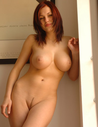 Iga has fun undressing and dancing while showing off her large breasts and curvy lines. - Iga A - Magnifique